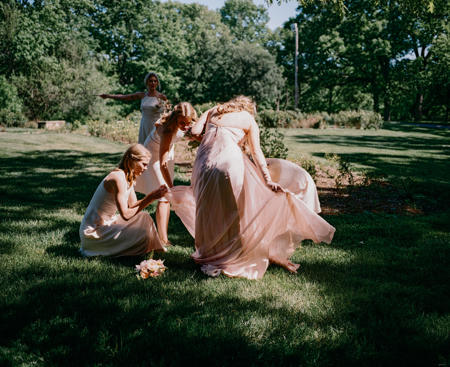 candid of bride and bridesmaids at Des Moines Art Center
