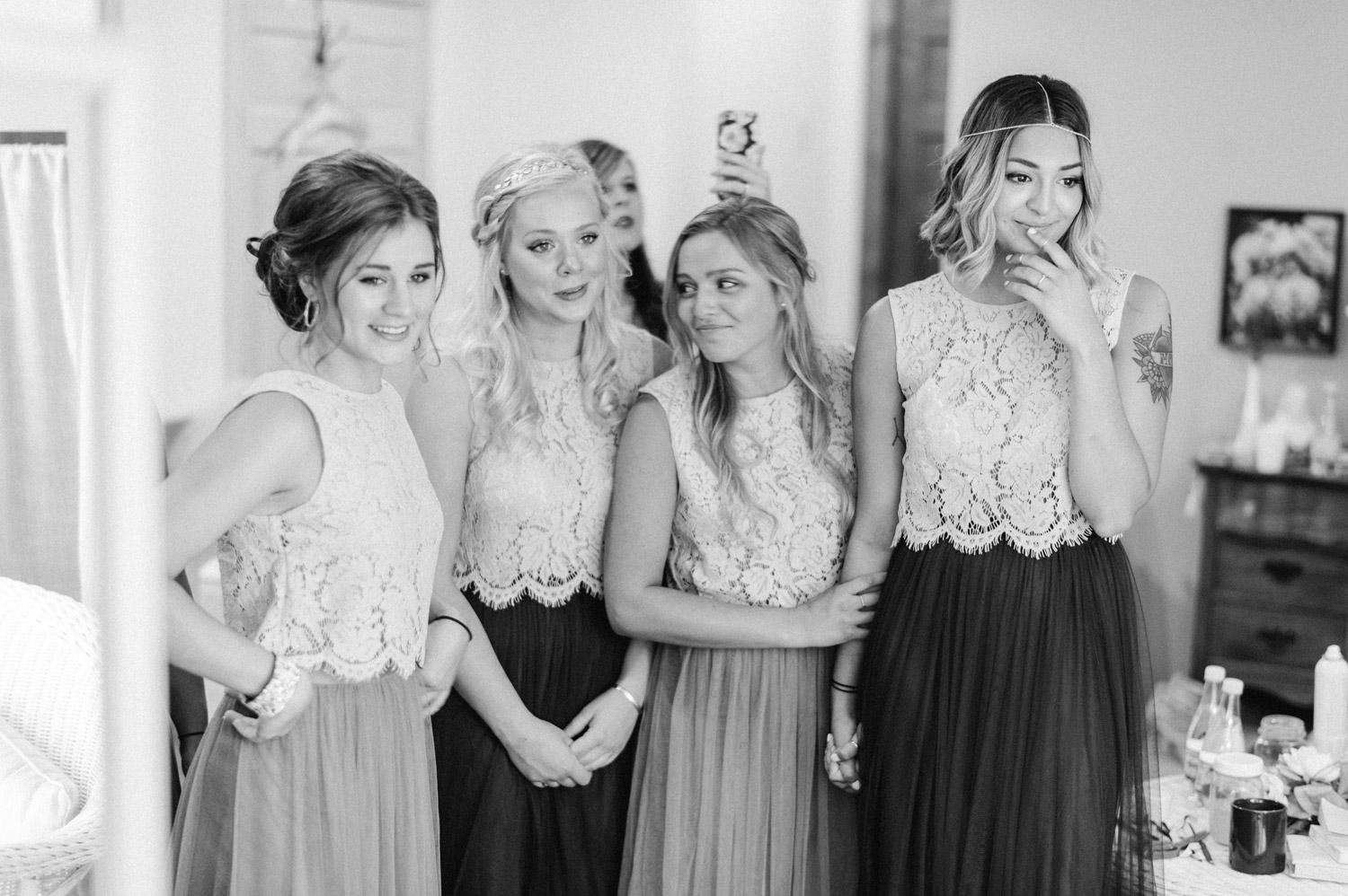 bridesmaids watching bride get ready at rustic oaks by geneoh photography
