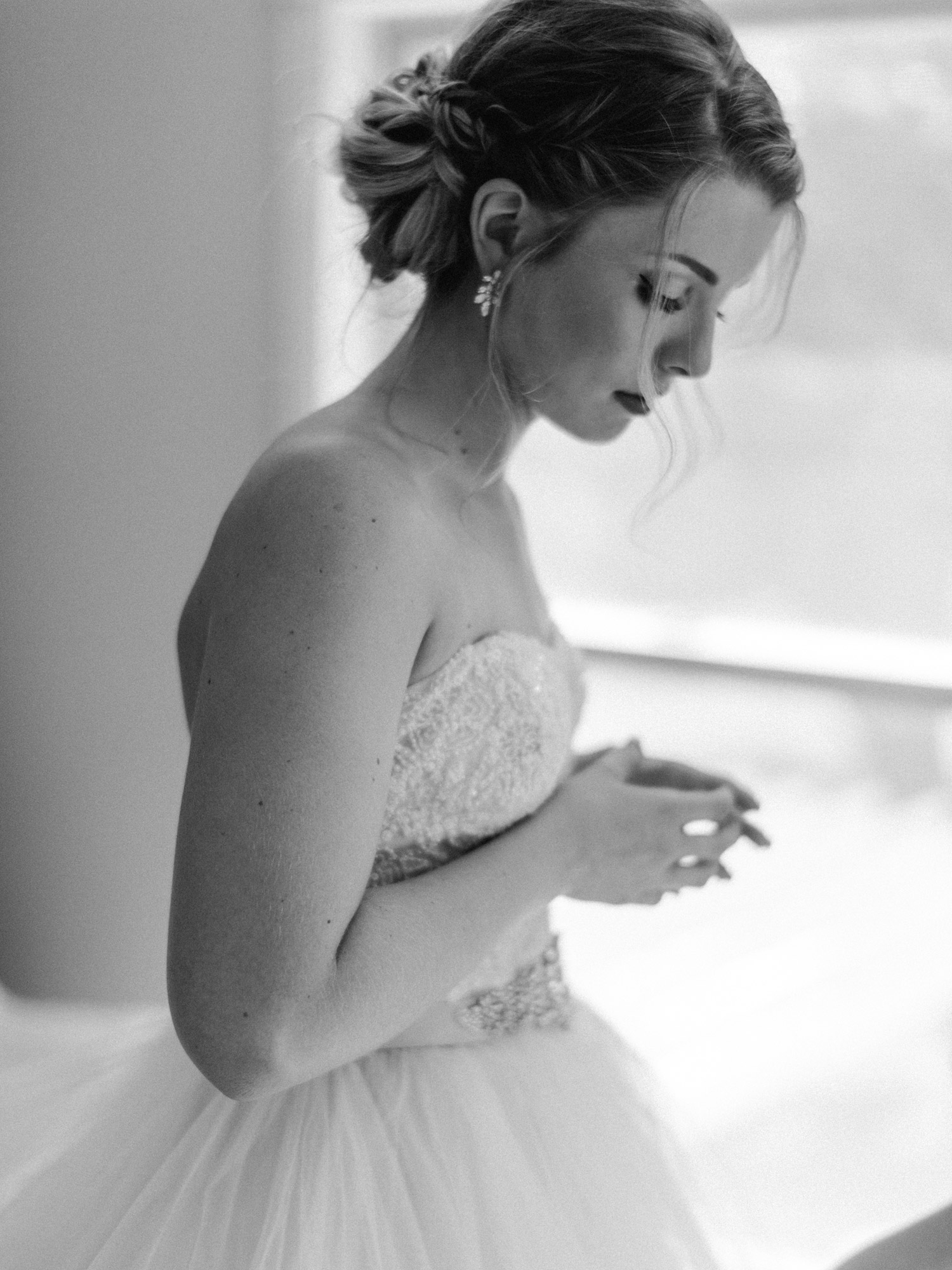 bride getting ready at rustic oaks by geneoh photography