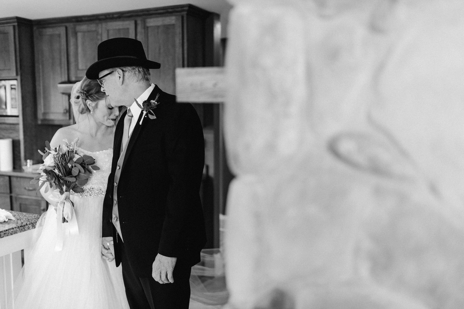 emotional moment of bride and her father before the ceremony by geneoh photography