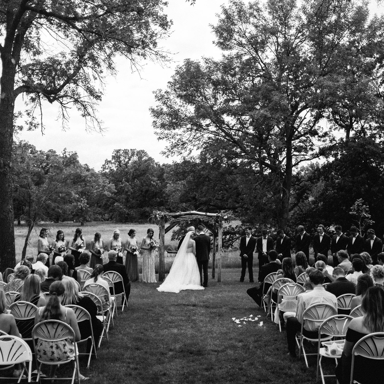 ceremony at rustic oaks by geneoh photography