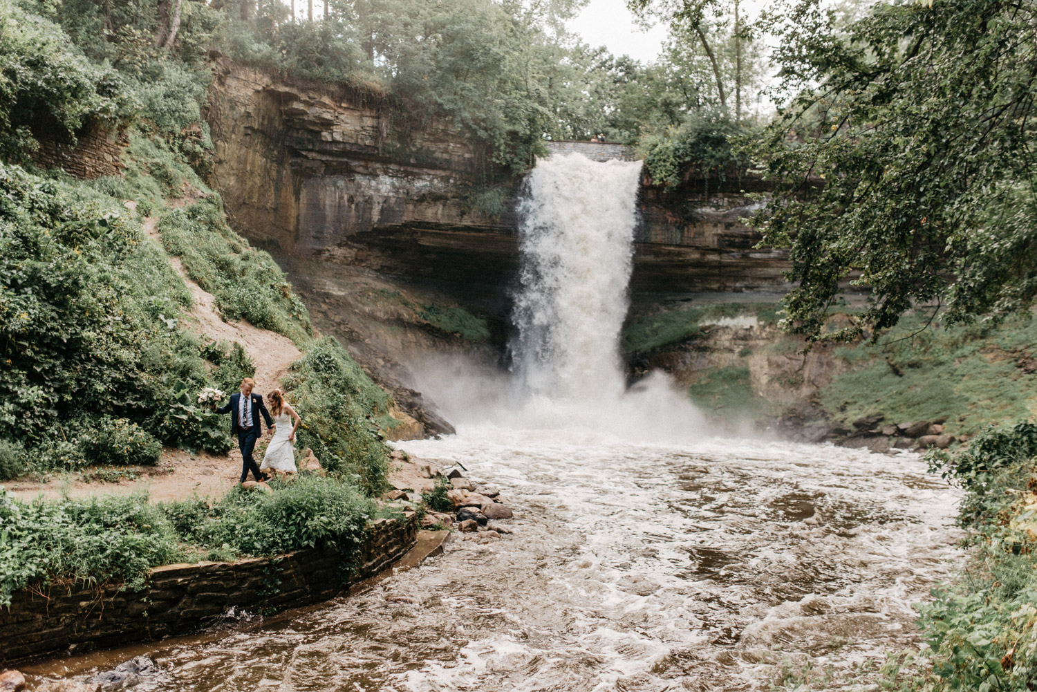 Minnehaha falls bride and groom portrait by geneoh photography